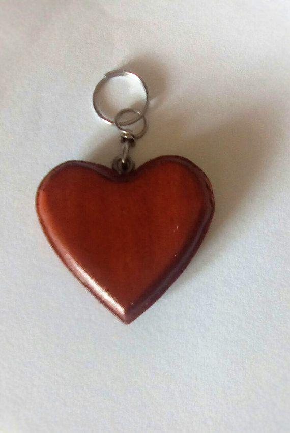 Portachiave a forma di cuore in legno color di FonteCreazioni
