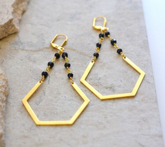 Geometric Beaded Chain Earrings in Black and Gold. door RusticGem