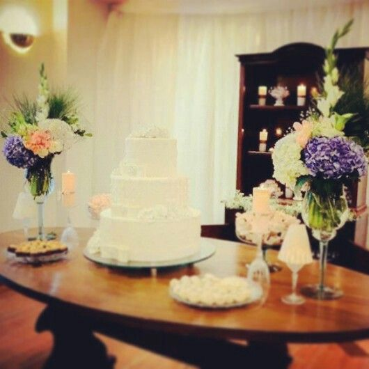 Mesa de bolo e doces.