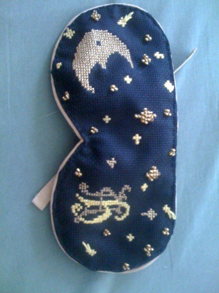 Schlafmaske mit Kreuzstich, Perlen & Monogramm