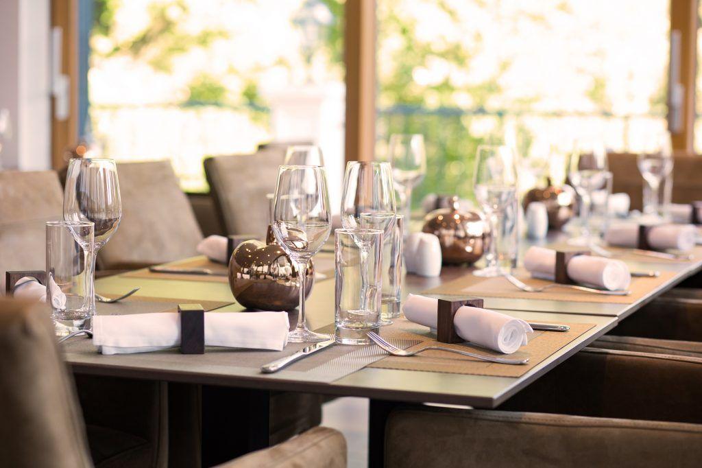 Unser Hauben-Restaurant bietet aufgrund seiner riesigen Glasfronten und leicht erhöhter Lage einen wunderschönen Ausblick in den zu Füßen liegenden Park.Küche und Keller des Hauses favor...:
