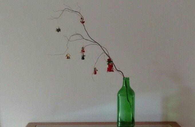 Árvore de Natal feita com galho seco.