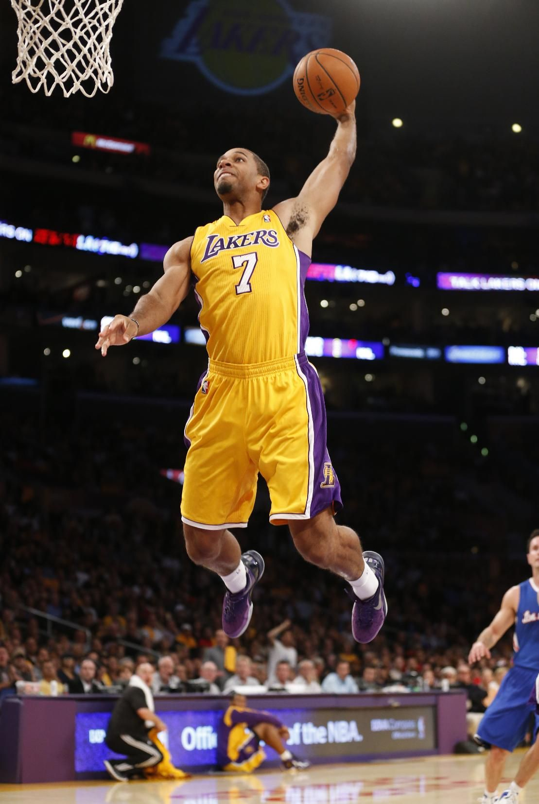 Los Angeles Lakers' Xavier Henry dunks the ball against
