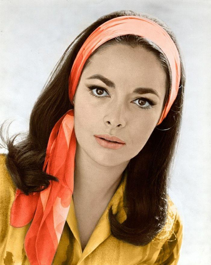 70er Mode Wunderschone Frau Mit Einem Orange Tuch 70er Mode Disco Frisuren Mode Fur Mollige