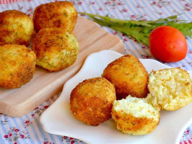 * Receita do Edu Guedes Ingredientes: 2 xícaras (chá) de arroz cozido (sobra) 2 ovos 1 xícara (chá) ... - Fotolia