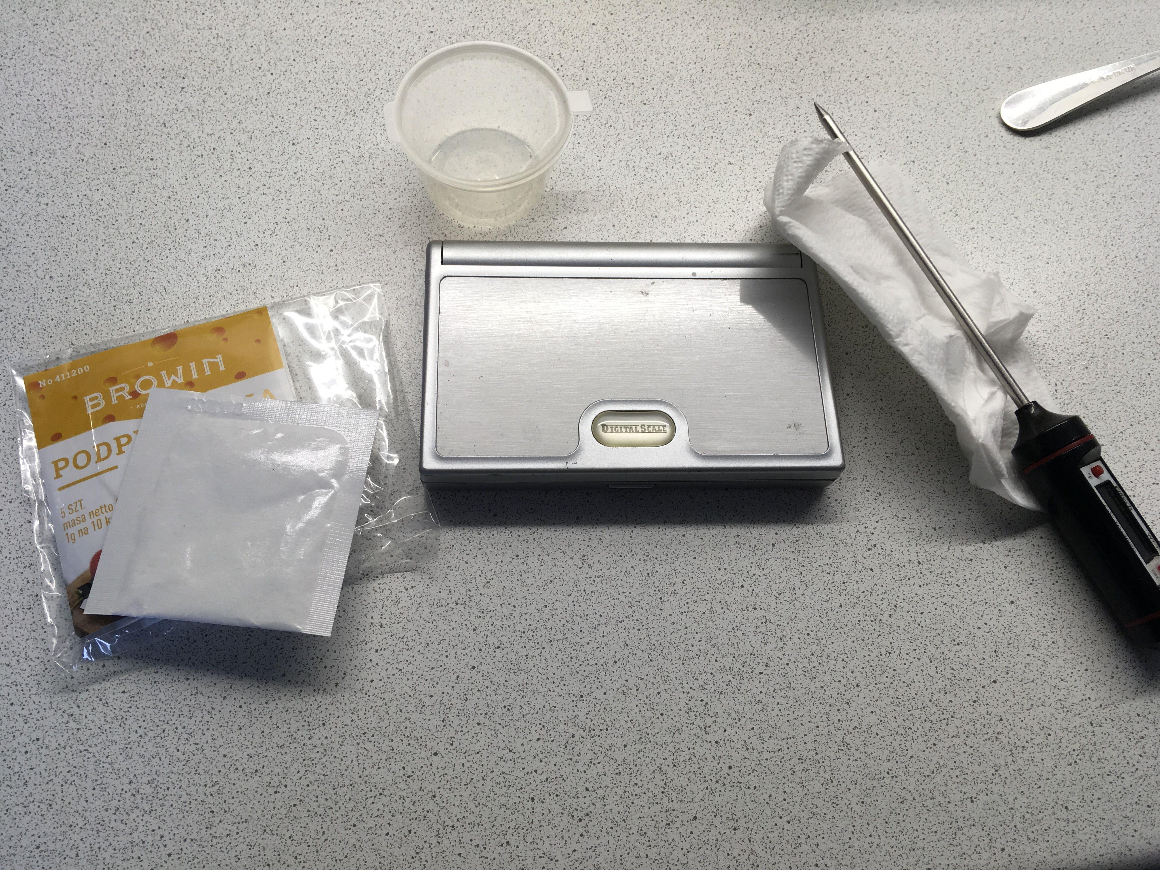 Весы, термометр и сухой сычужный фермент