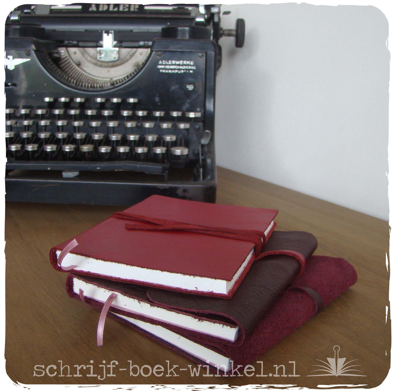 Drie handgebonden notitieboekjes in rood en roze tinten. Van binnen drie keer (nagenoeg) hetzelfde, maar elk kreeg een uniek kaft van soepel leer. Informeer naar beschikbaarheid via info@schrijf-boek-winkel.nl