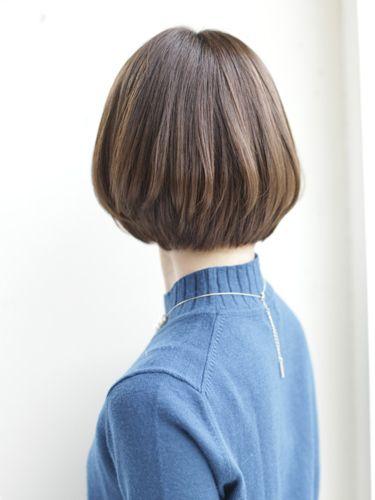 アゴラインのやや前下がりボブで小顔効果と首を細く長くみせることができます。|HOULeのヘアスタイル