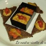 Crostini di pane di segale con crema di peperoni, finger food