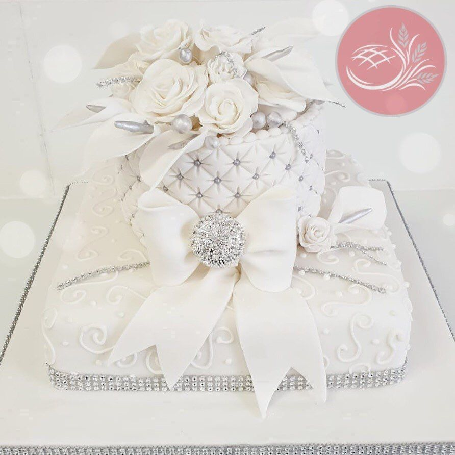 Another glorious day outside - another fabulous wedding cake 😍