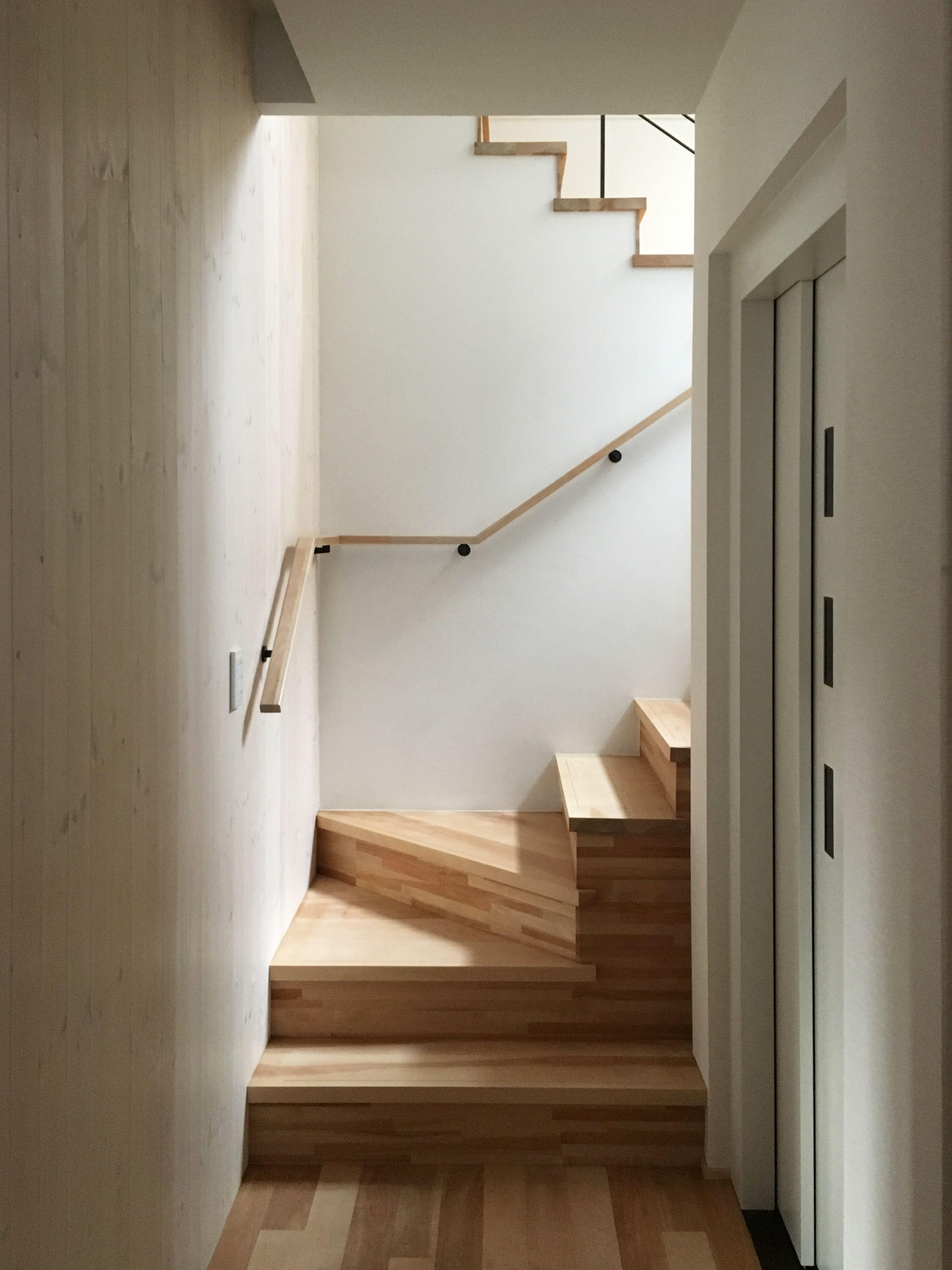 間接光が落ちる階段室 1 3階を繋ぐホームエレベーターにてバリア
