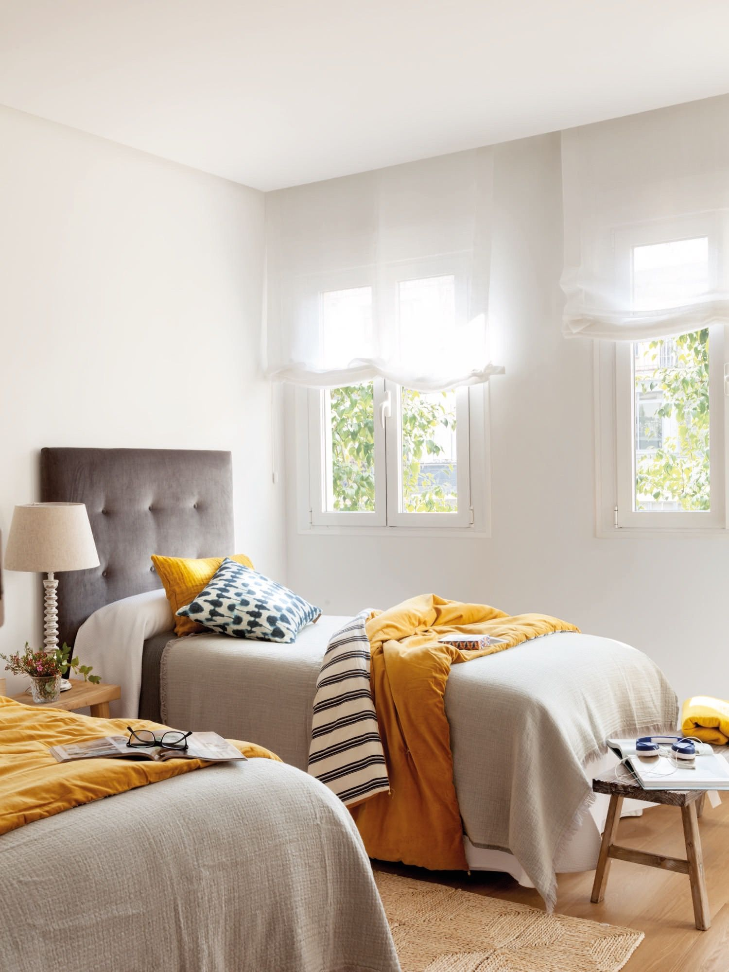 Dormitorio juvenil con dos camas en gris y mostaza - Habitaciones infantiles con dos camas ...