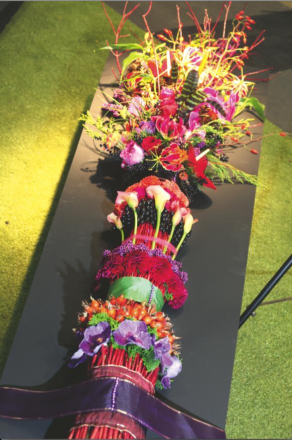 Martine Thijssen maakte een etageboeket. Onderaan zit het bindpunt, bovenaan zijn de bloemen los en weelderig.