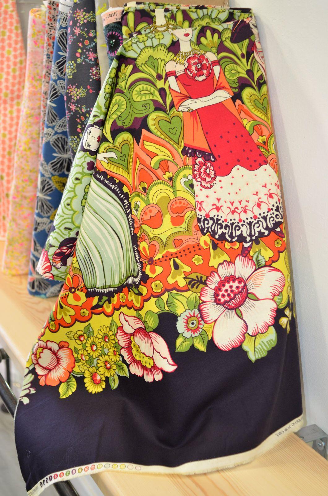 Tela estampada de frida kahlo de alexander henry con - Telas para cortinas por metros online ...