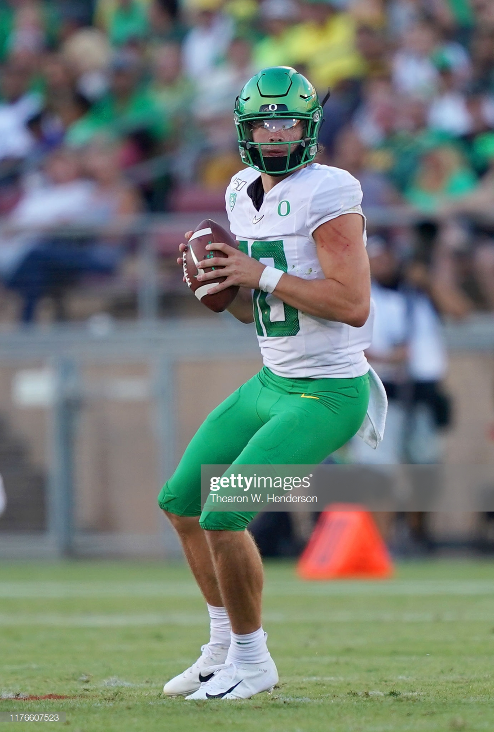 Justin Herbert Of The Oregon Ducks Drops Back To Pass Against The In 2020 Oregon Ducks Football College Football Players Oregon Football