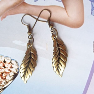 Feather earrings are so hippie chic and styling for fall. Add these to your favorite fall sweather. #scottsmarketplace