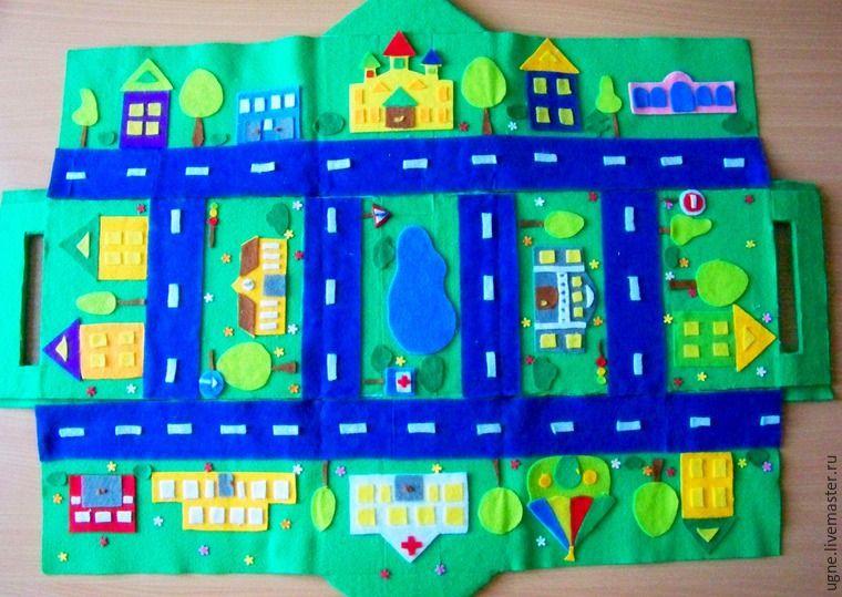 Сегодня буду показывать, как сделать дом-городок из фетра для игры с машинками. Городок складывается в небольшой домик, который легко переносить, а также занимает мало места для хранения. А еще в него помещается много машинок. Такой домик-городок — это отличный способ усадить активного ребенка, увлечь его фантазию веселой игрой. А вот как выглядит домик в собранном состоянии (30 х 17,5 х 15 см):…