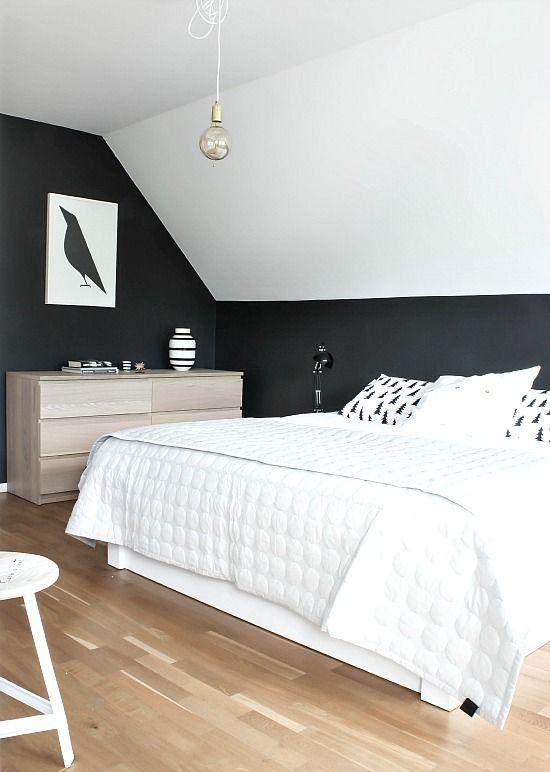 Un dormitorio en blanco y negro con tocador | Tocador, Pequeño ...