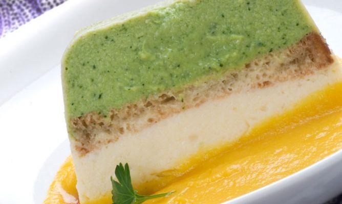 Pastel de brócoli y coliflor con salsa de zanahoria (Broccoli and cauliflower cake with carrot sauce)