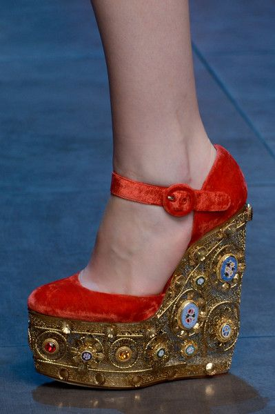 Dolce & Gabbana Fall 2013 - red Wedges with gold & jeweled platform. A Queens´Style