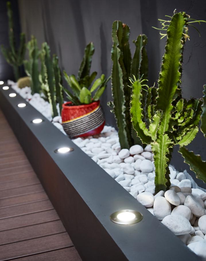 Installez des spots extérieurs pour illuminer votre terrasse ...