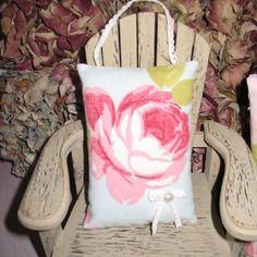 Coussin de porte sachet de lavande roses sur fond bleu n°3