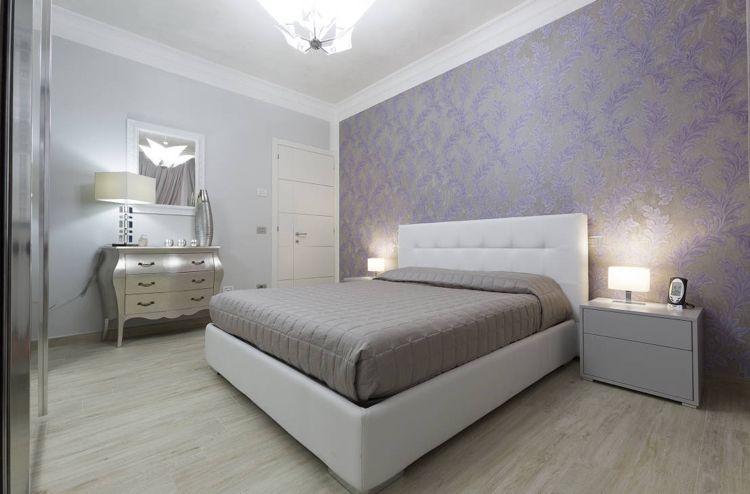 Wandtapete mit federnmuster in lila und grau wohnung for Wandtapete grau
