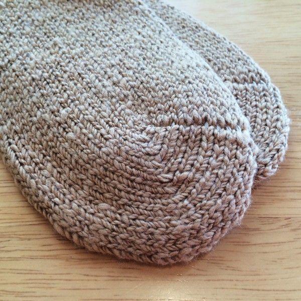 【あしごろも】平編み 婦人用 茶綿 靴下 手紡ぎオーガニックコットン 自然栽培綿 2,160円▼サイズ21〜24cm▼素材綿94%・ナイロン5%・ポリウレタン1%▼タイプ茶綿 無地▼商品説明「 手つむぎ糸だから、蒸れずに自然にあたたかい、まるで手編みのような靴下 」撚りのやわらかい手つむぎ糸をゆったりと平編みした、あしごろもの中でもっともシンプルなソックスです。糸の太さのムラや凸凹が、まるで手編みのくつしたのような風合いを生み出します。吸湿性、保温性に優れ、ムレや冷えから足元をしっかり守ります。履き口のゴムも最小限で、締め付けずゆったりした履き心地。履いて立つと、足の裏に糸を踏んでいる感触がしっかり残ります。手つむぎ糸の魅力を、ぜひ足元から感じてみてください。この茶色は天然の色でして、素材を生かした茶綿で作りました。▼通販サイト ホトホトあしごろも 平編み 婦人用 靴下 茶綿 無地はホトホトへ!女性特有の悩みを改善!オーガニック関連タオルや腹巻パンツ、布ナプキン、ワンピースをご紹介!他にもベビー用お口拭きタオルやマタニティウェア、婦人・紳士向けの暖か商品をご紹介しております。