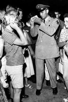 June 3, 1958:Elvis meet fans in Memphis …