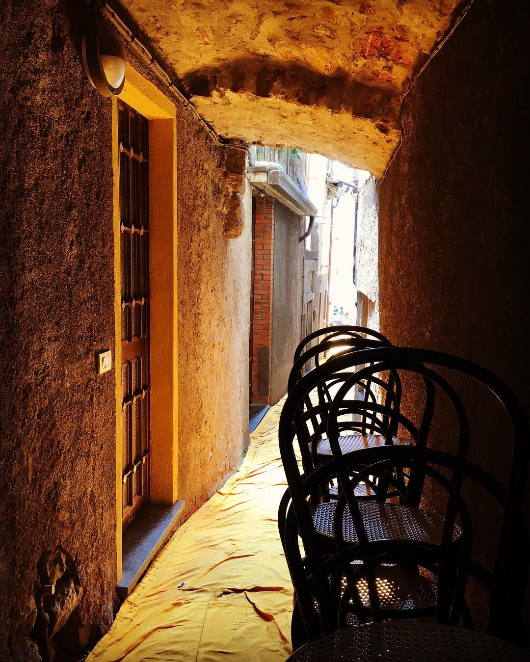 I vicoli di Montisola: scorci resi ancor più suggestivi dalla copertura giallo cangiante di #thefloatingpiers. Foto di Martina Parravicini