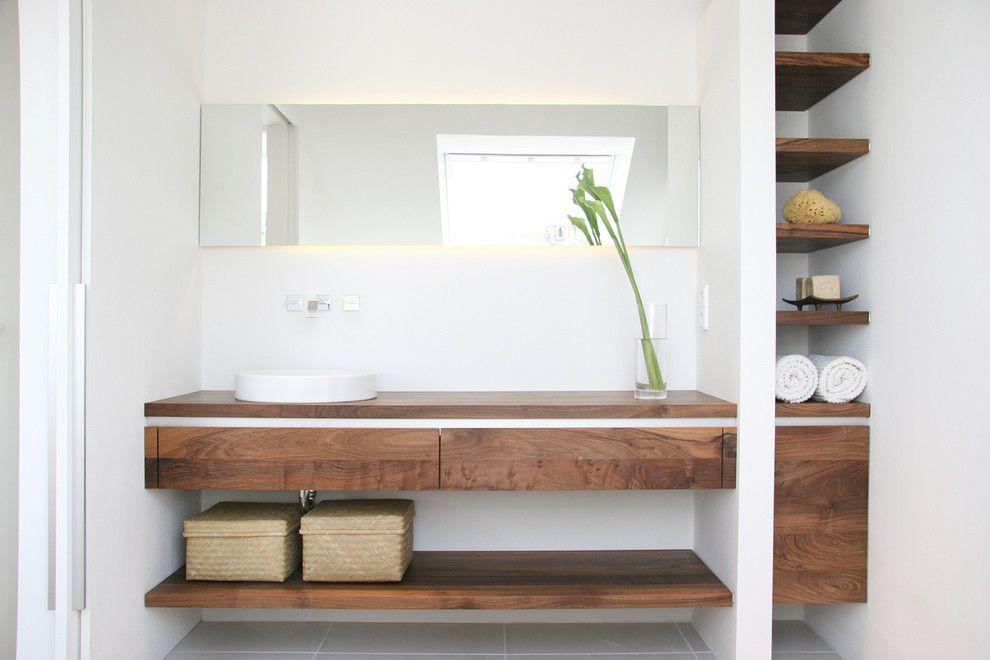 Single-schlafzimmer-im-modern-badezimmer-mit-holzwaschtisch-neben ... Schlafzimmer Modern Mit Badezimmer