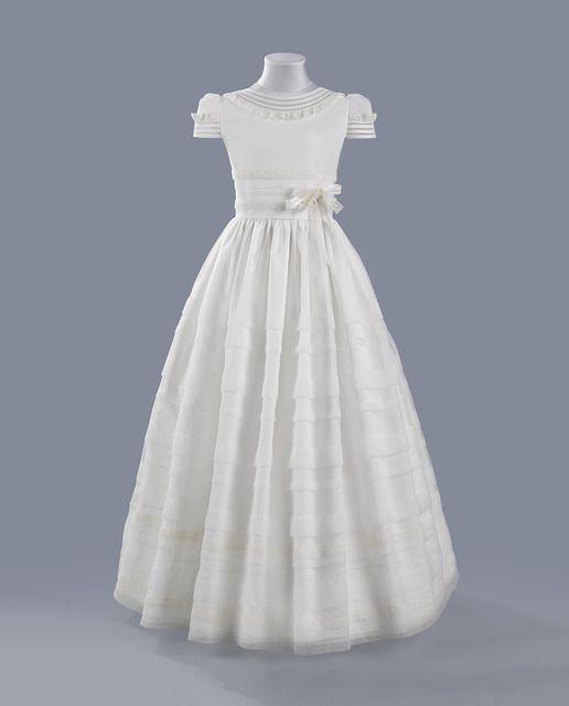 d9d7f70aa Vestido clásico en color crudo con jaretas y entredós.   Primera ...