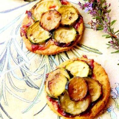 Mini tartelettes de courgettes confites au miel, romarin et gorgonzola : 65 recettes aux courgettes - Journal des Femmes