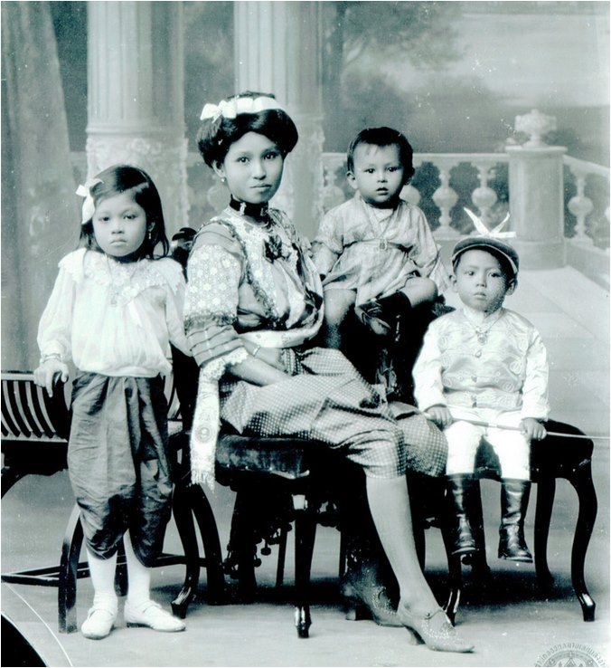 A wealthy Siamese Family ca. 1900
