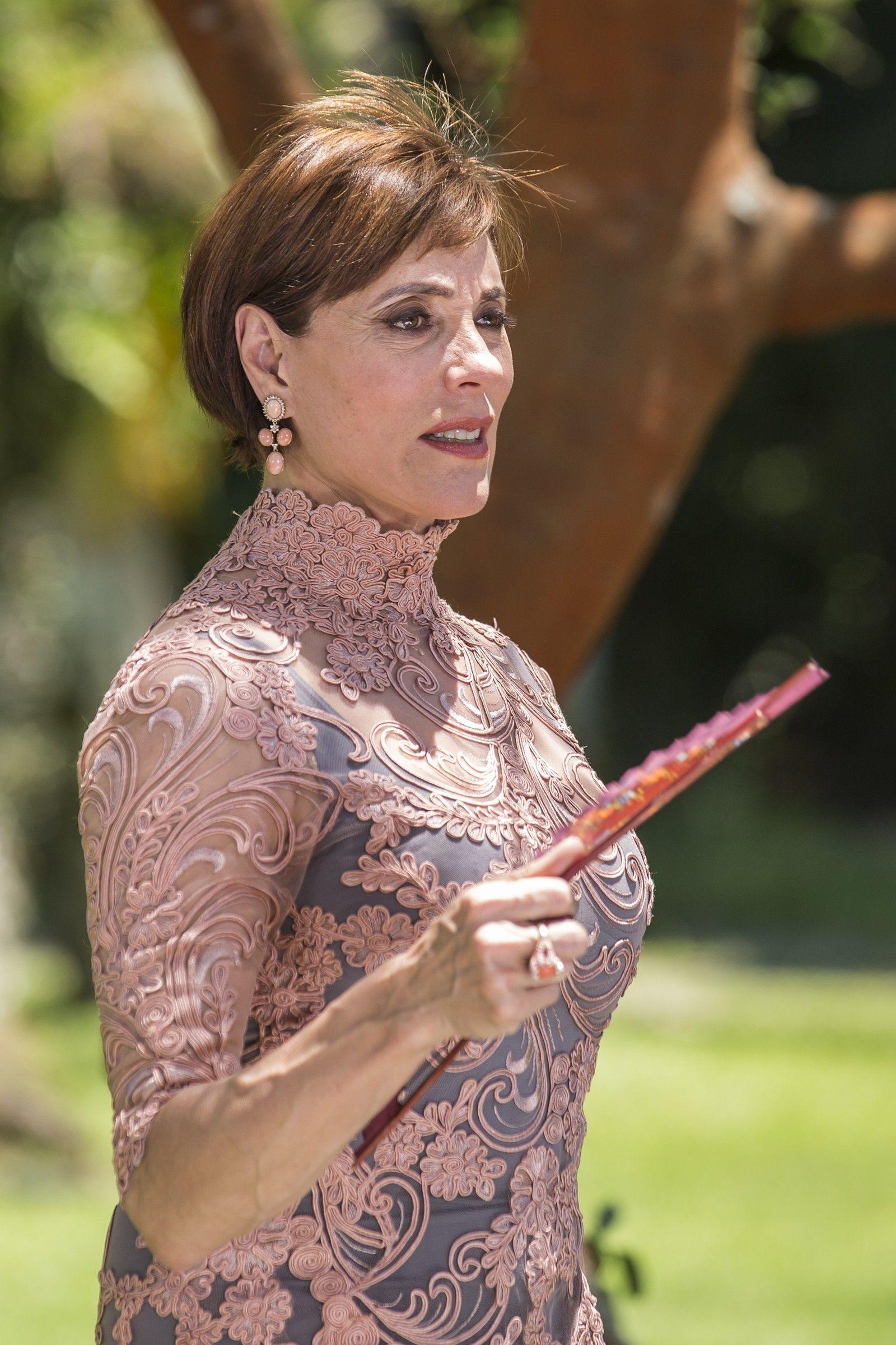 8cab5c2dbd Carmen (Christiane Torloni) aparece deslumbrante em um vestido rendado —  Foto  Artur Meninea