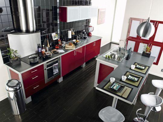 Idée relooking cuisine u2013 Une cuisine rouge cerise avec îlot central - cuisine avec ilot central et table