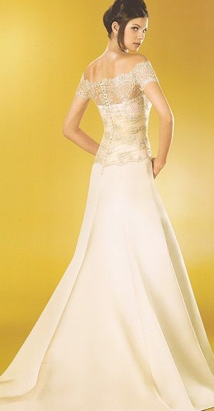 wedding dress by Higar Novias