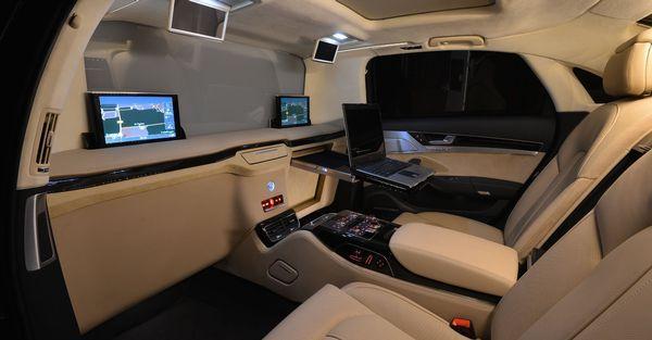 Het interieur van de audi a8 limousine van koning willem for Interieur limousine