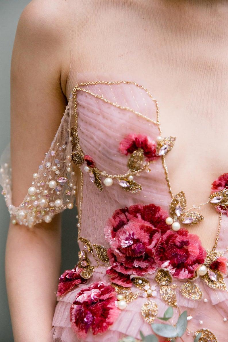 Robe de longueur de plancher de HAUTE COUTURE dans le blush avec la broderie de rose