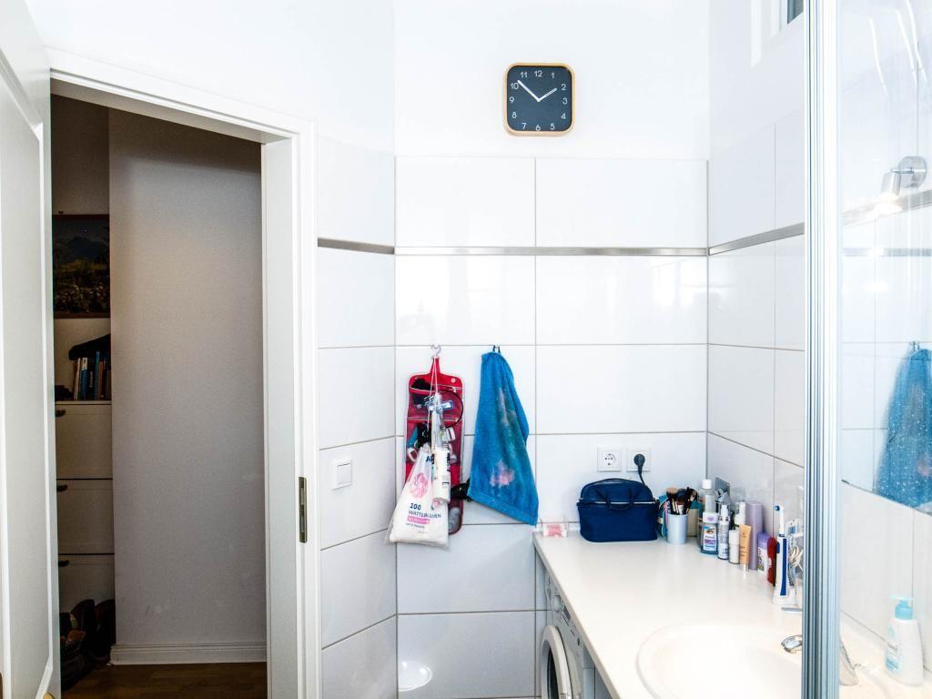 Fliesenausstellung Berlin kleines aber feines badezimmer mit waschmaschine ablagefläche und