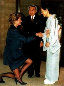 Diana in 1995, curtseying to Emperor Akihito and Empress Michiko.