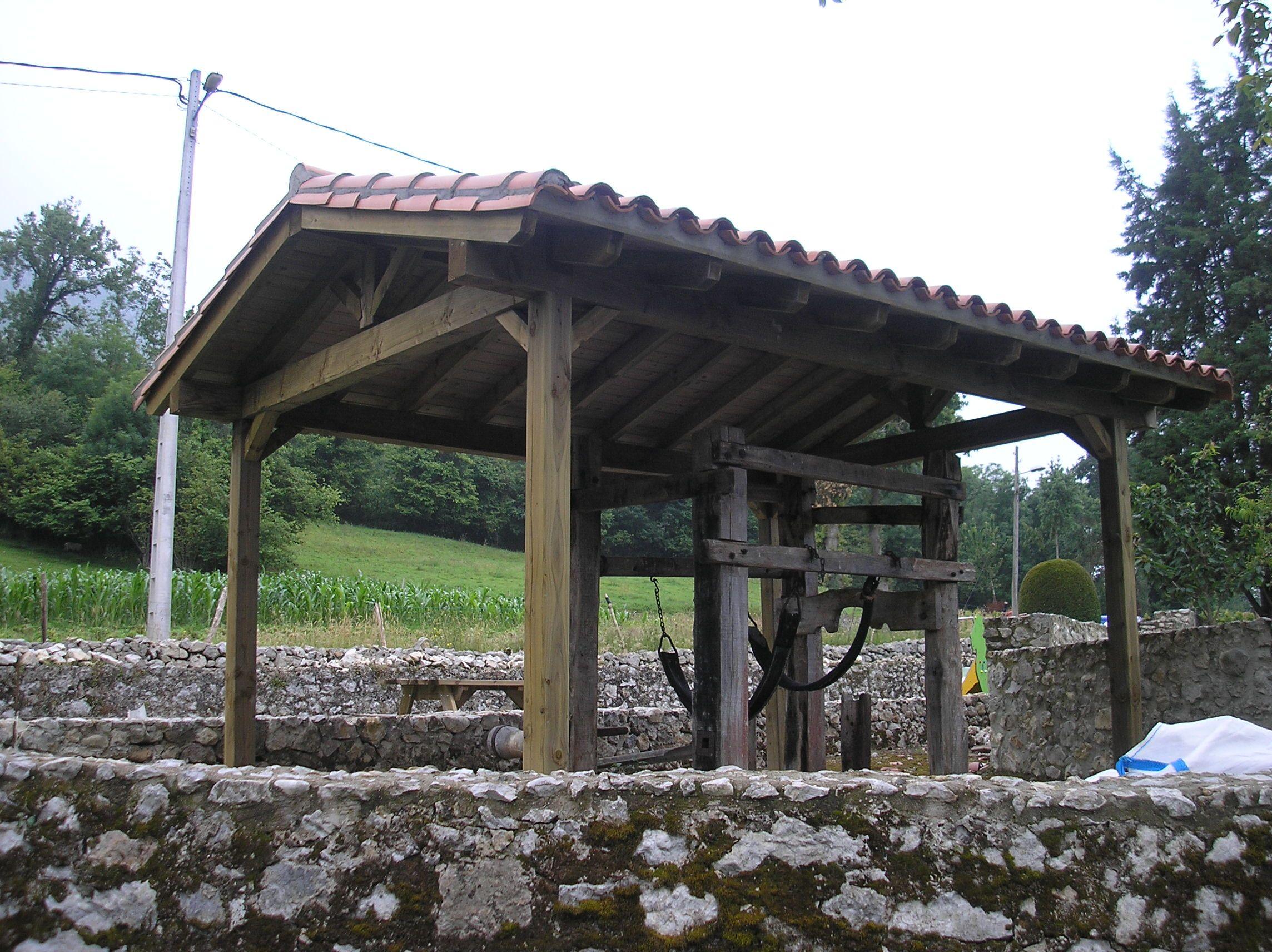 Gacebo a dos aguas que protege un antiguo potro de herrar en un pueblo de la montaña leonesa.  Contacta con Edan Pérgolas a través de www.edanpergolas.com