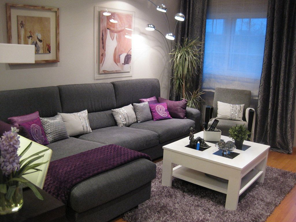 Decoracion de casas gris con morado para usar como base de for Decoracion interior salon