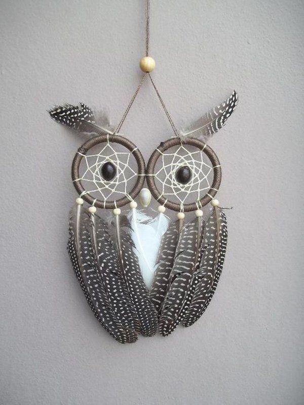 Qui è un collettore di sogno di ispirazione Gufo carino con l'uso di due loop, perline e piume diverse.