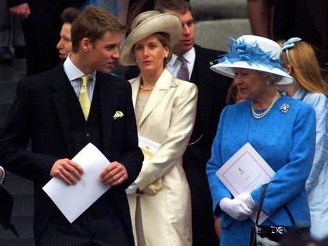 Queen Elizabeth Ll Struggles With Her Hat In The Wind Whilst Protocol Queen Elizabeth Queen Hat Elizabeth Ii