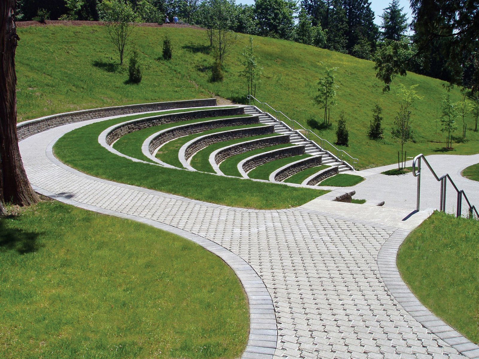 Walkway at lewis river amphitheatre built with uni ecoloc for Garden design university