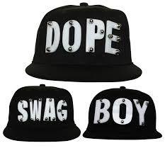 Estas gorras con base plana son el ultimo grito de la moda, son geniales dándole a tus outfits un toque más juvenil y desenfrenado es un básico en estos días.