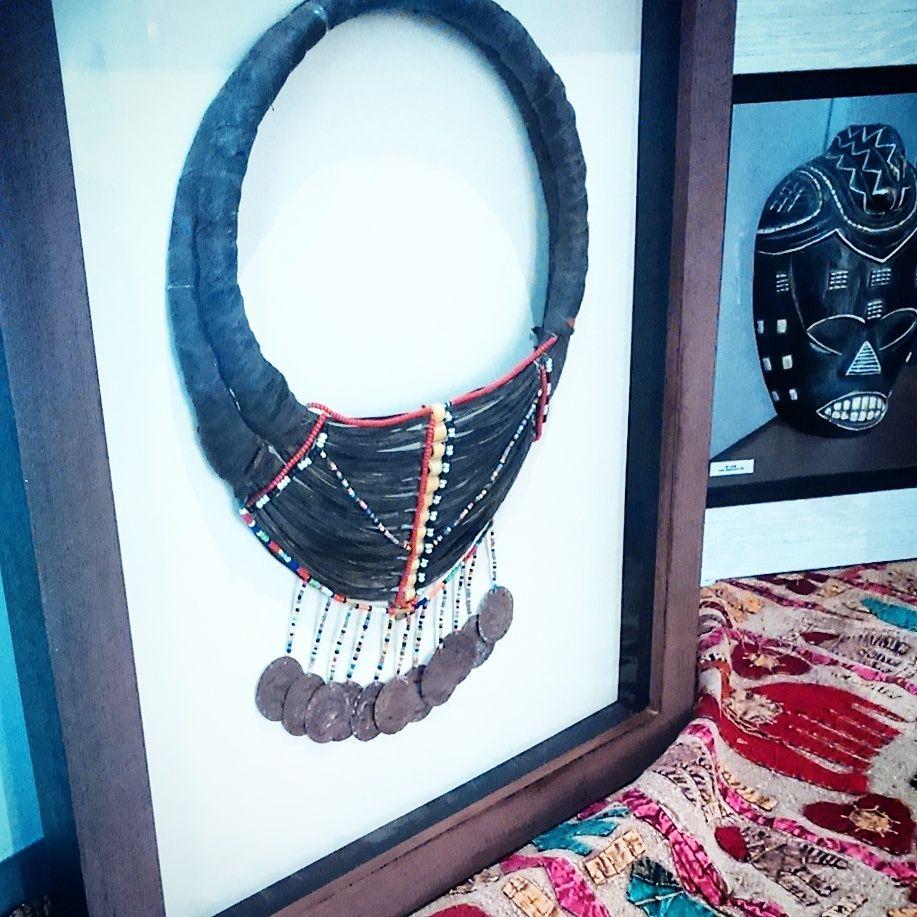 Cuadro con collar masaï. Ideas para enmarcar tus objetos en tienda ...