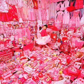 Vaaleanpunainen ja pinkki. Lapsesta asti karsastanut kumpaakin väriä. Vanhaa roosaa voin sietää pienissä erissä. Samaten jos esim. sukissa on vaikka kissan nenä pinkki, niin se on ihan ok, kunhan pinkki ei ole suuressa osassa. Kirsikankukat ovat ainoa, joissa vaaleanpunaisen kestän ilman suuria mutinoita. :D
