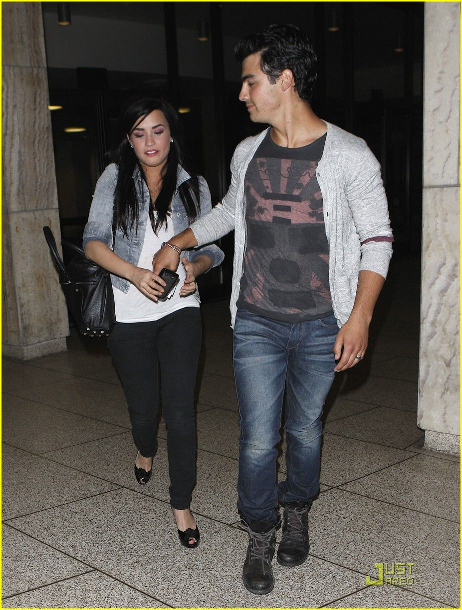Demi lovato dating jonas